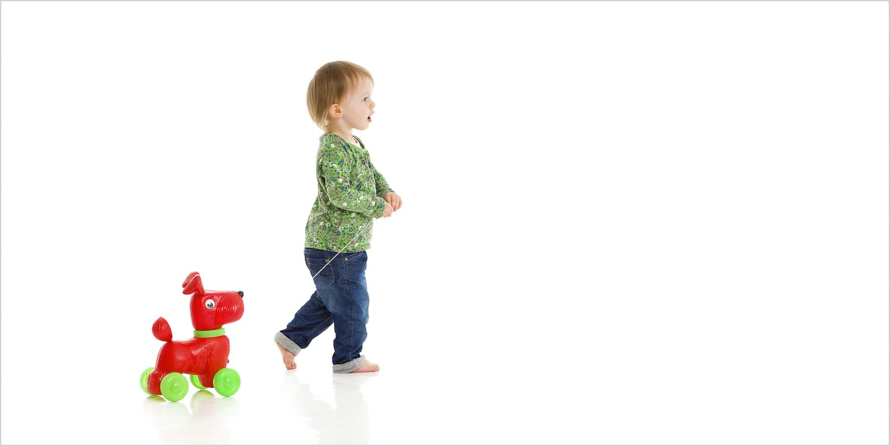 Kinderfotografie im Studio niedlich mit Spielzeug