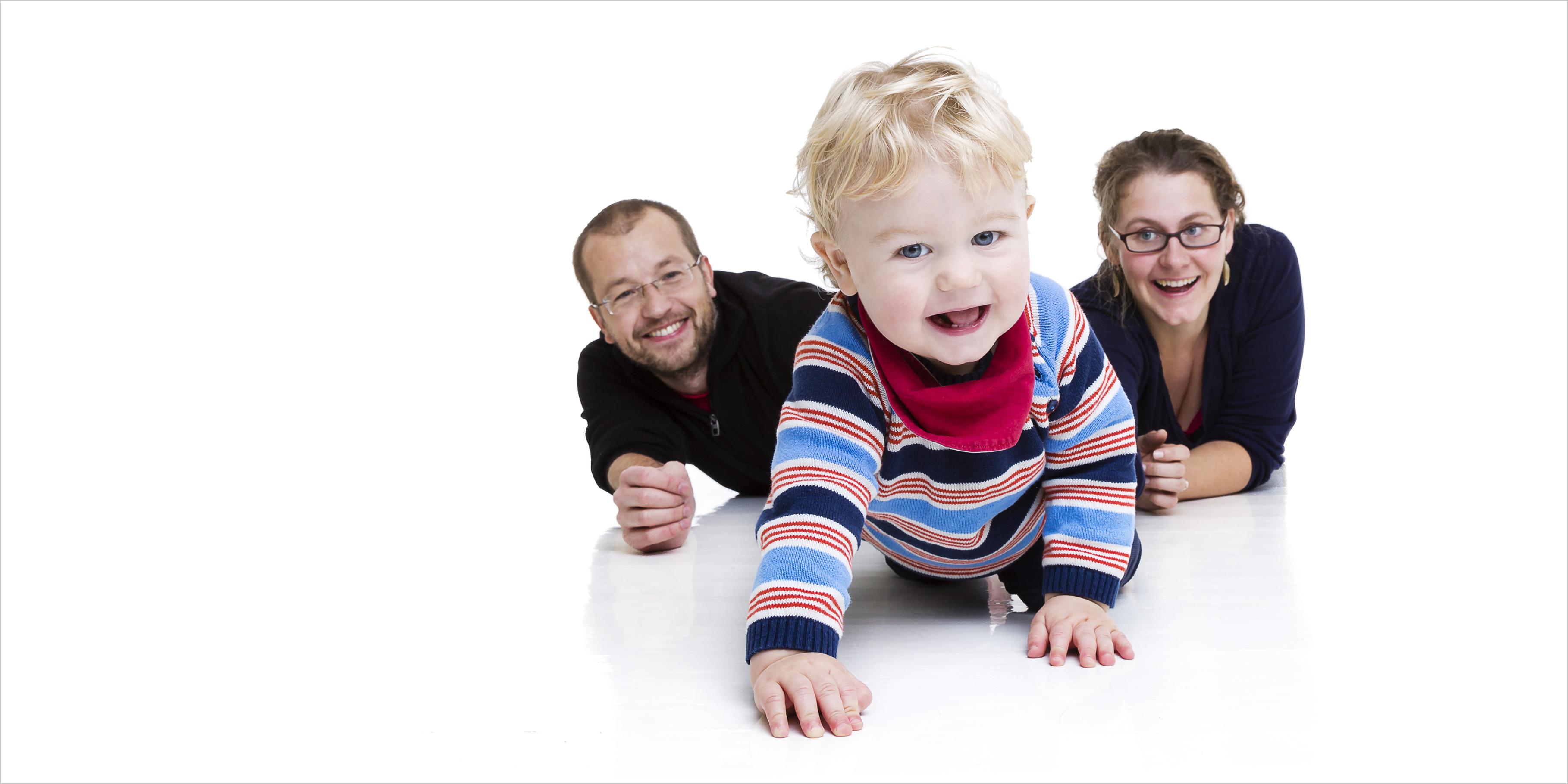 Babyfotografie Portrait mit den Eltern auf dem Boden