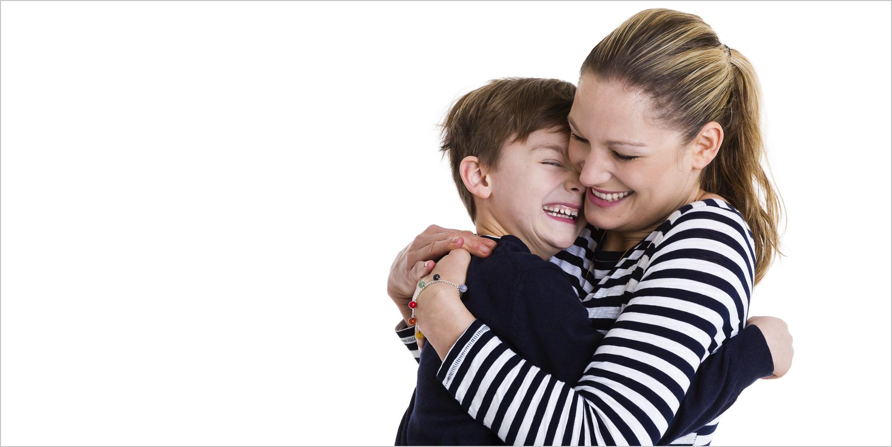 Familienfotografie Mutter mit dem Sohn lachend spontan auf dem weissen Hintergrund