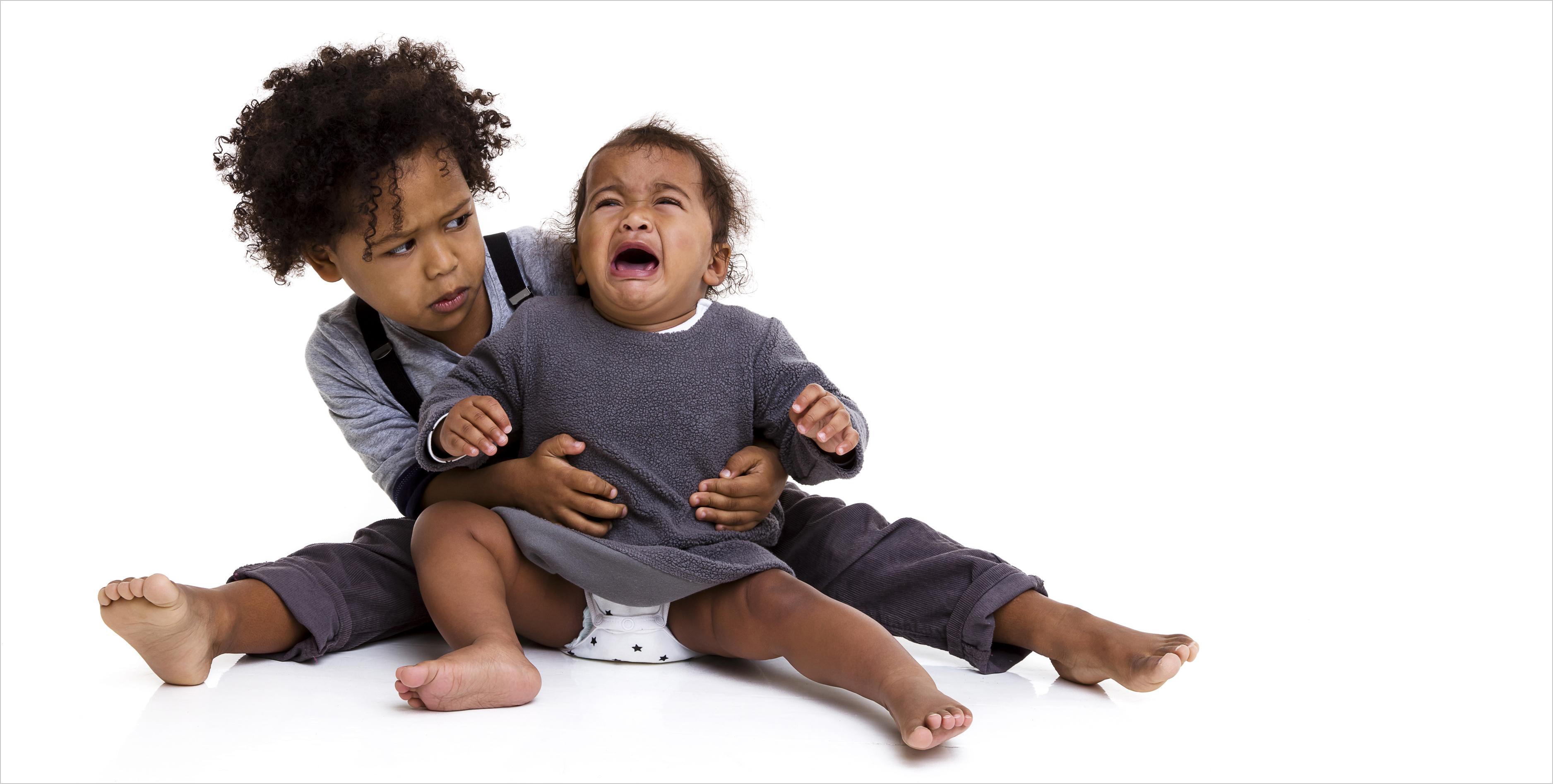 Familienfotografie Geschwister auf dem Boden spontan