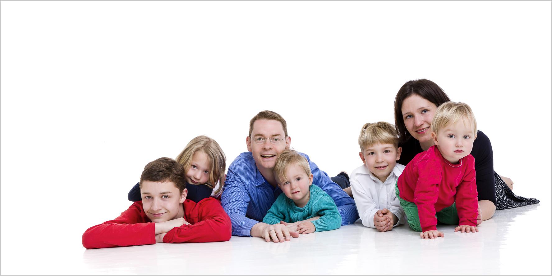 Familienfotografie grosse Familie auf dem Boden im Studio