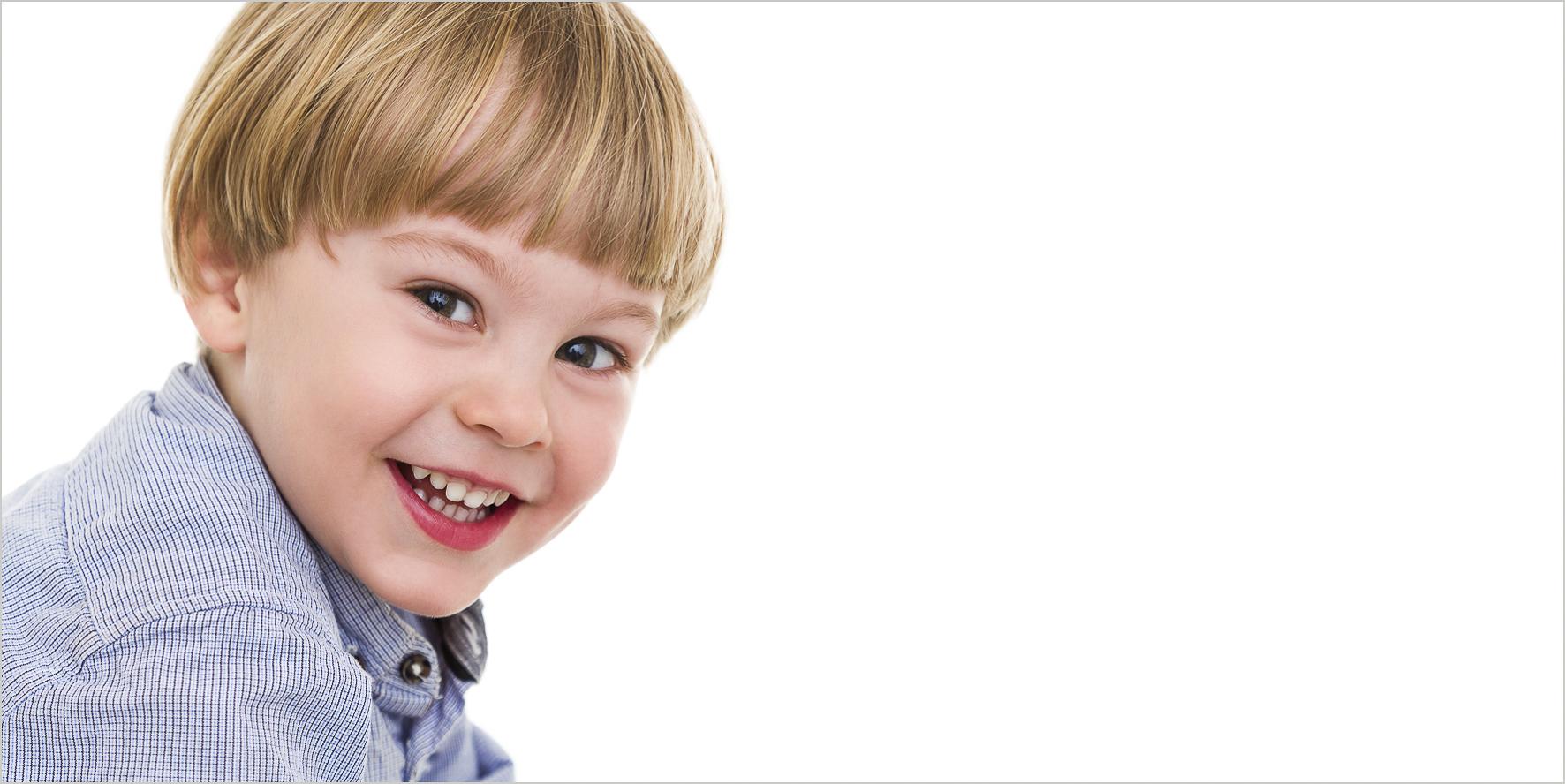 Familienfotografie Portrait lachender Junge in High Key kreativer Anschnitt